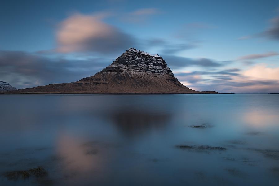 Kirkjuffel widziany od strony wioski Grundarfjörður, Islandia