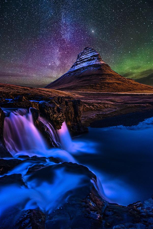 Rozgwieżdżone niebo nad Kirkjuffel, Islandia
