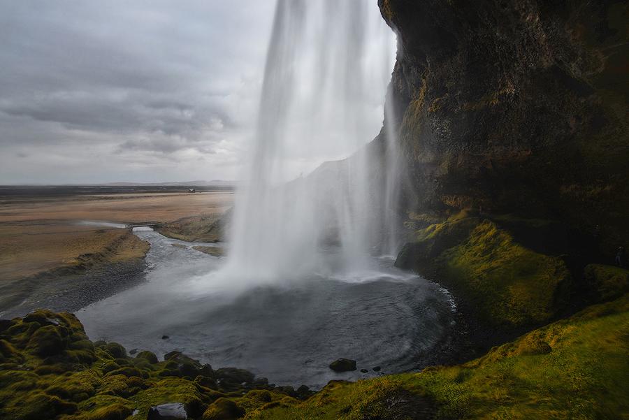 Wodospad Seljalandsfoss zza kurtyny wodnej, Islandia