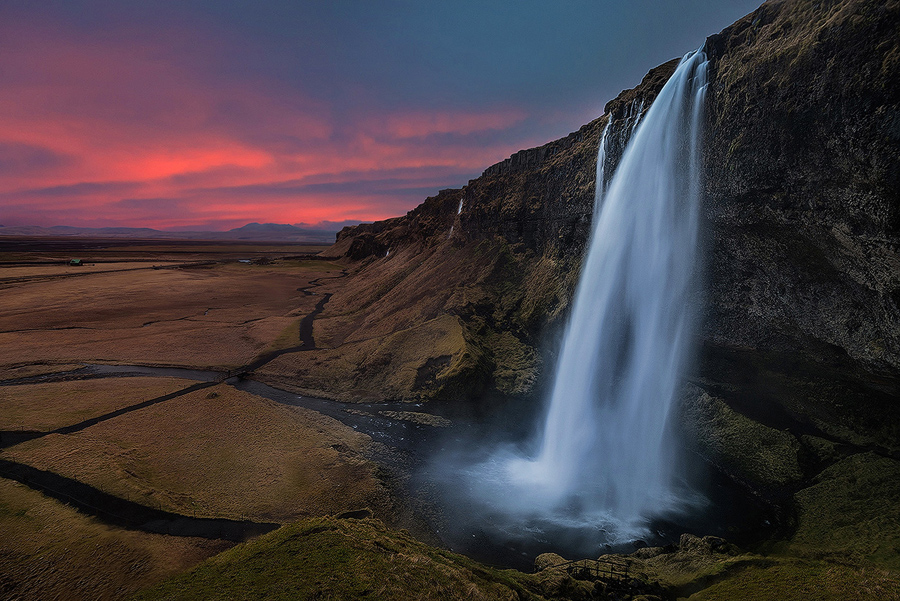 Zachód słońca nad wodospadem Seljalandsfoss, Islandia