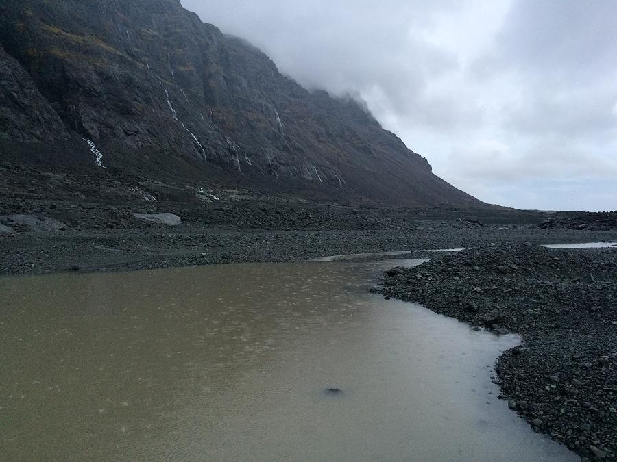 Surowy krajobraz i deszczowa pogoda Islandii