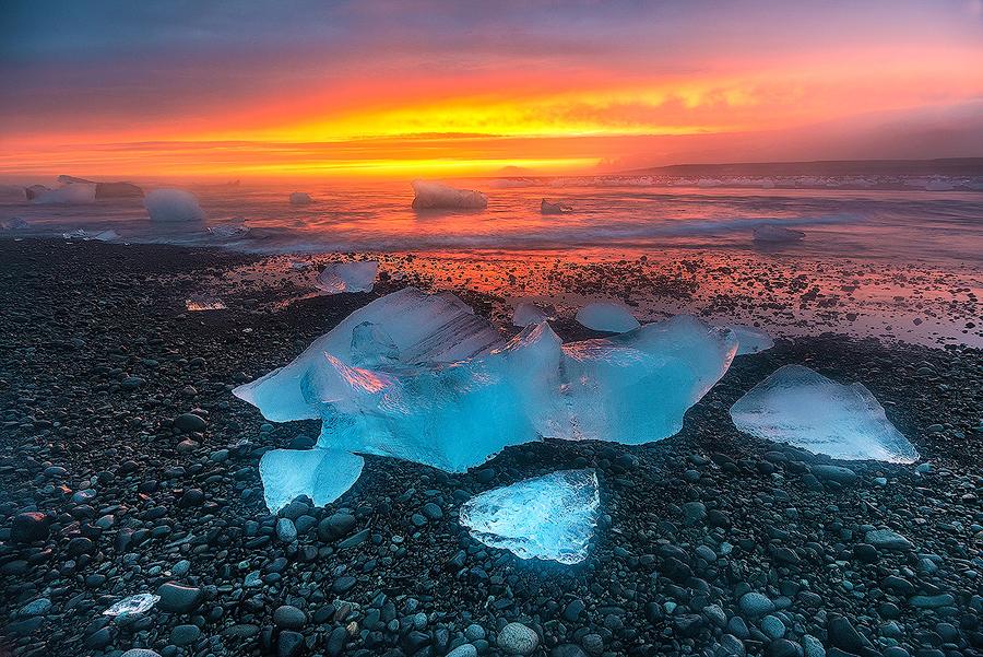 Lśniące bryły lodu na plaży Breiðamerkursandur, Islandia
