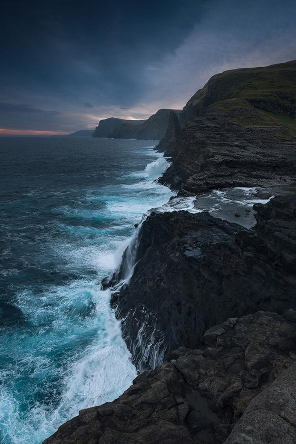 Wodospad Bosdalafossur - widok na klify wyspy Vagar