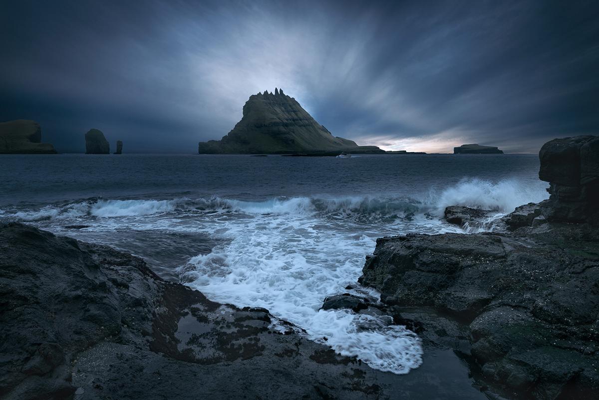 Zachód słońca za wyspą Tindholmur