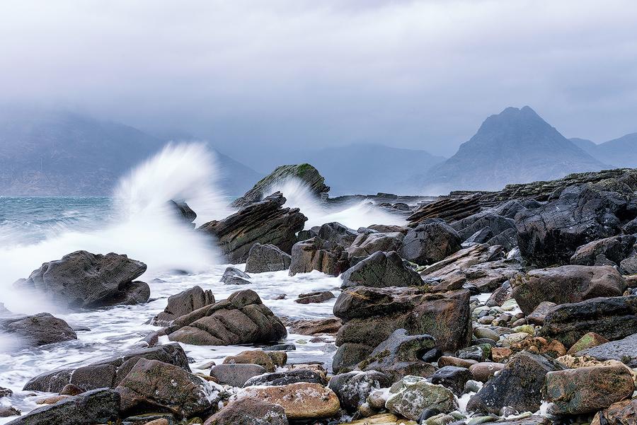 Wzburzone morze na kamienistej plaży w Elgol