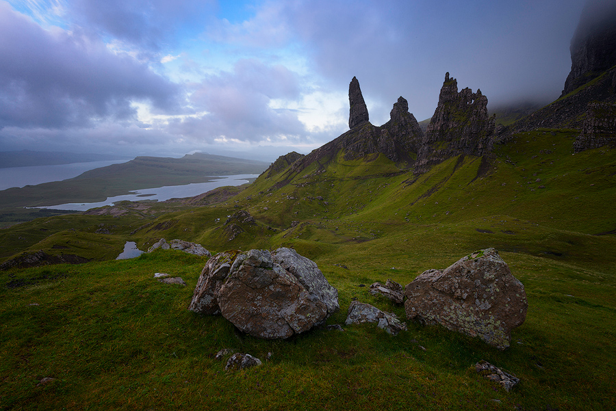 Mglisty poranek nad Old Man of Storr na wyspie Skye