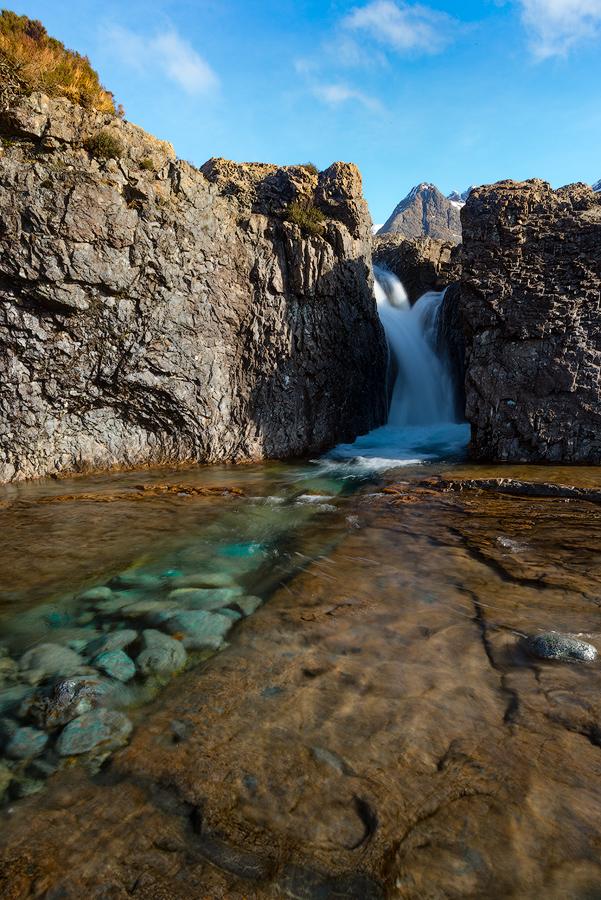 Krystaliczny woda górskiego potoku w Glen Brittle