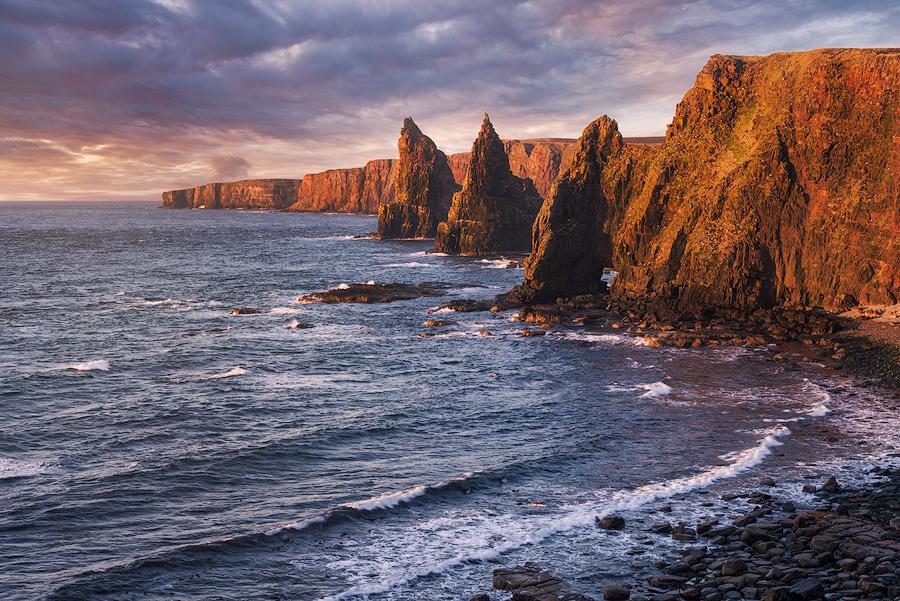 Klify Duncansby Head o wschodzie słońca