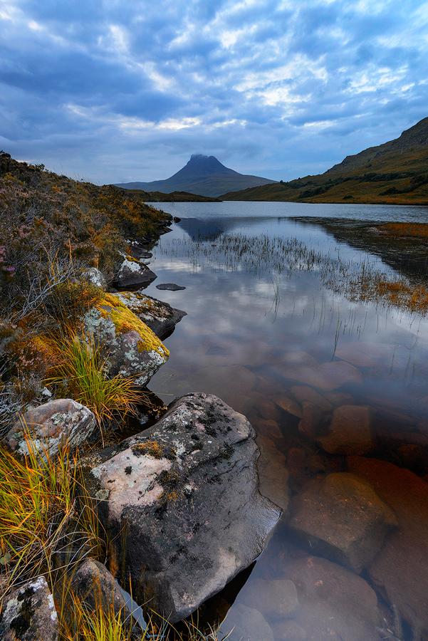 Góra Stac Pollach przypomina kształtem wulkan, widok od strony Loch Lurgainn
